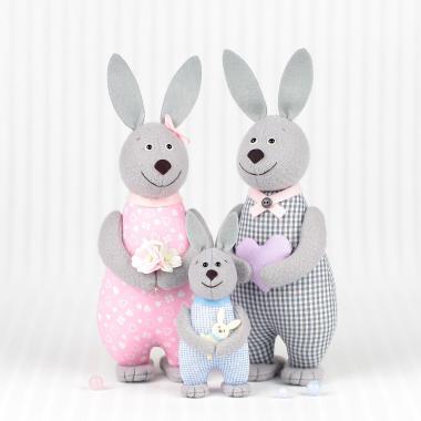Семья зайцев с зайчонком